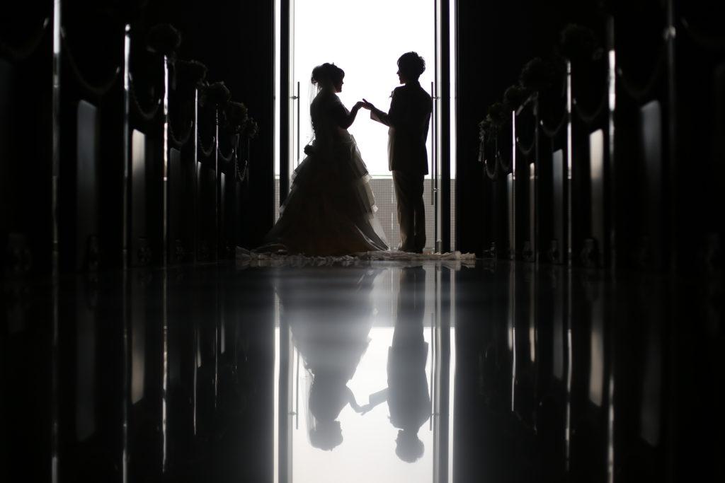 結婚式場の入り口に立つ男女