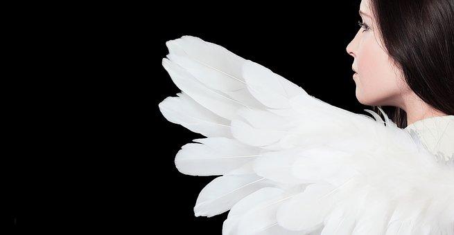 天使の羽が生えている女性