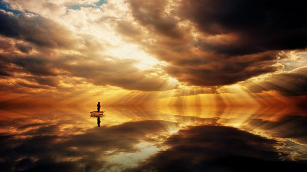 湖に移る綺麗な夕焼けと小舟に乗る人影