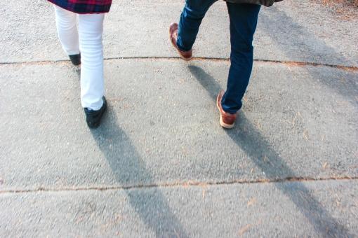 歩き出す2人の足元