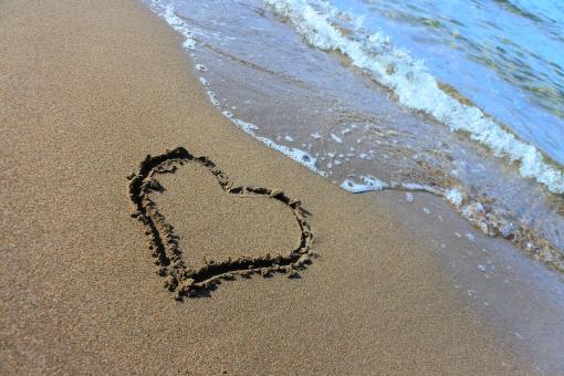 砂浜に描かれたハートマーク