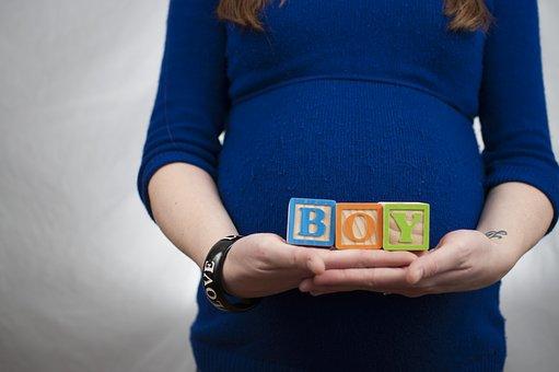 妊婦が手に持っているBOYのブロック
