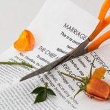 結婚誓約書をハサミで切る