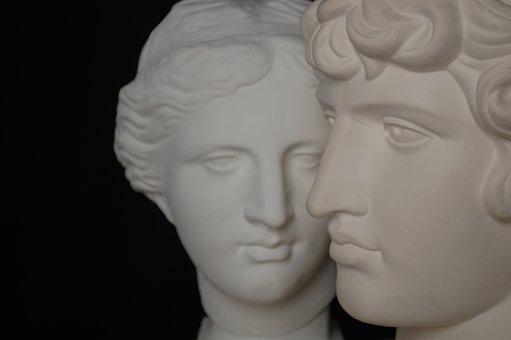 石膏で出来た男女の像