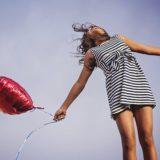 風船を持って楽しそうな女性