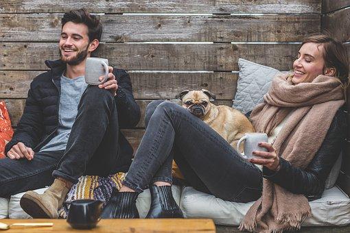 コーヒーカップ片手に談笑する男女