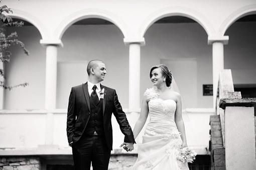 結婚式のカップル(白黒写真)