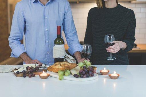 料理とワイングラス