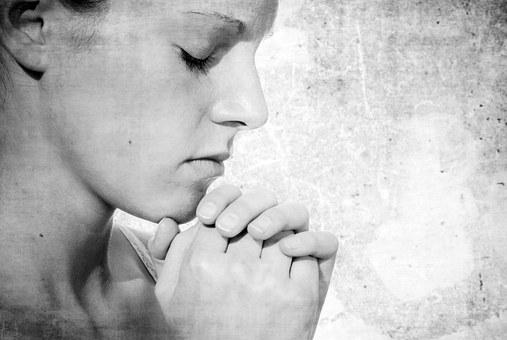 祈る女性の横顔
