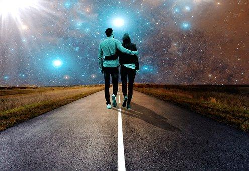寄り添って歩くカップル