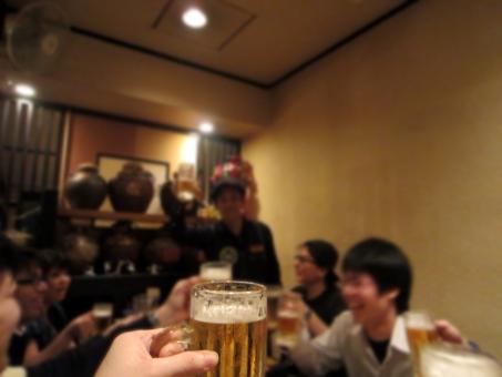 居酒屋で乾杯している