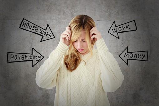 ストレスで頭が痛い女性