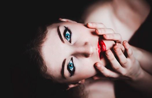 こちらを見つめる青い目の女性