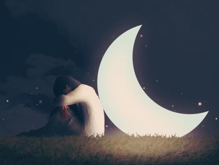 月に寄りかかって泣く女性