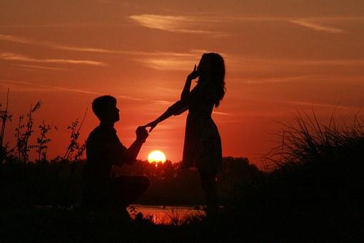 夕日の美しい湖でプロポーズ
