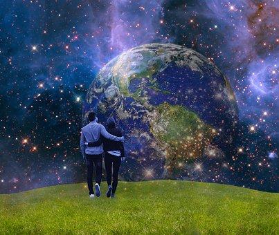 地球を眺めながら並んで歩くカップル