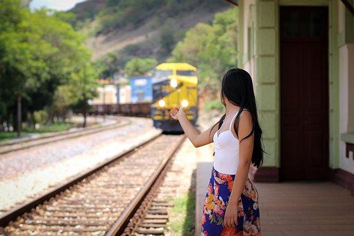 電車を見送る女性
