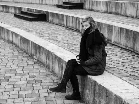 1人で座る寂しそうな女性
