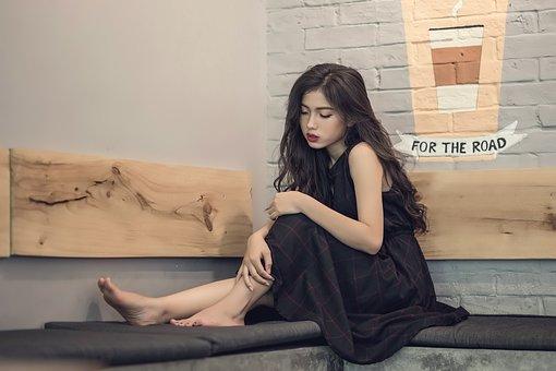 椅子に座る黒い服の女性