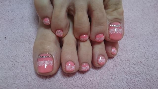 ピンクのフットネイル