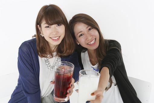 乾杯する2人の女性