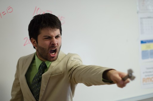 怒っている外国人男性