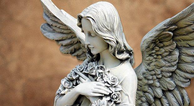 ブーケを抱きしめる天使の像