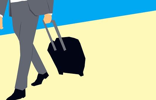 スーツケースを持ち歩くビジネスマン