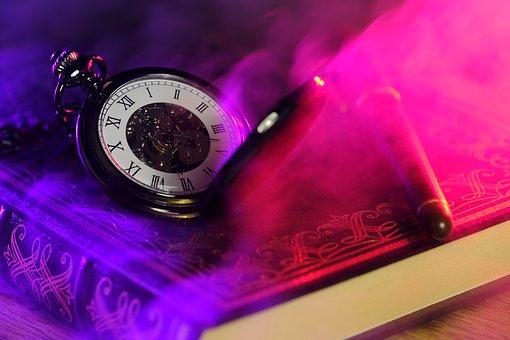 懐中時計と分厚い本