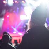ライブ会場で芸能人を遠くから見つめる