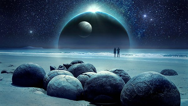 海と大きな惑星と男女のシルエット