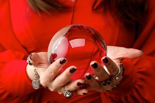 水晶玉を持つ赤い服の占い師