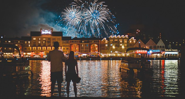湖のほとりから花火を眺める男女
