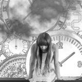 うなだれる女性と時計