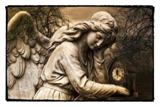 泣いている天使の銅像