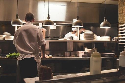 キッチンで働く2人の男性