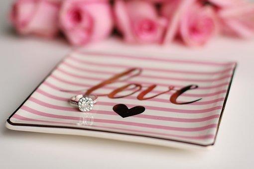 loveと書かれた皿に乗っている指輪