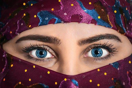 占い師の鋭い眼光