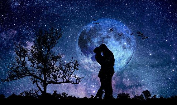 星空のもとで抱き合うカップル