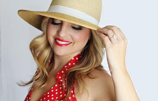 麦わら帽子を被って微笑む女性