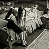 ベッドの上で喧嘩する男女
