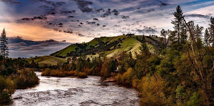 川と丘の写真
