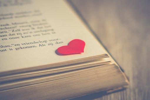 本の隅に置いてあるハート