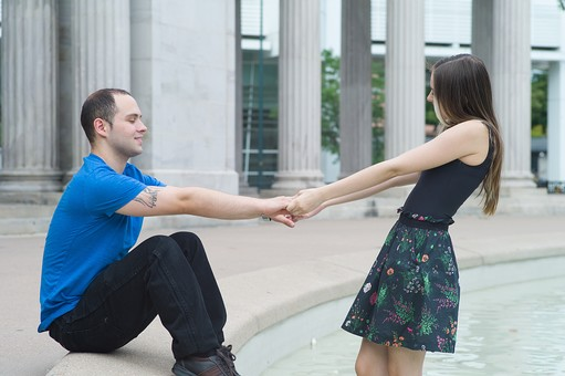 男性の手を引っ張る女性