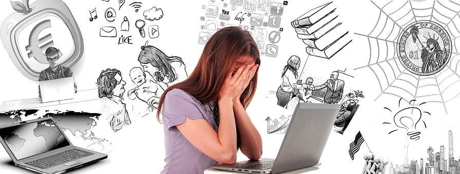 パソコン画面を見て顔を覆う女性