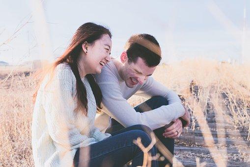 笑い合う若いカップル