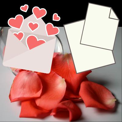 封筒と便せんとバラの花びら