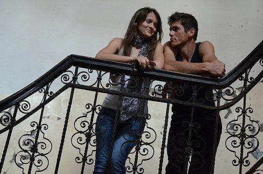 階段の踊り場で話す男女