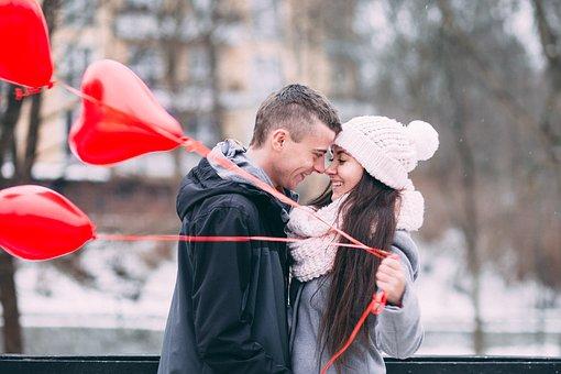 赤い風船を持つカップル