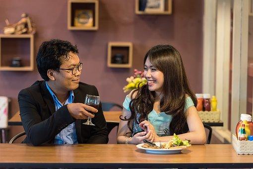 レストランで話をするカップル